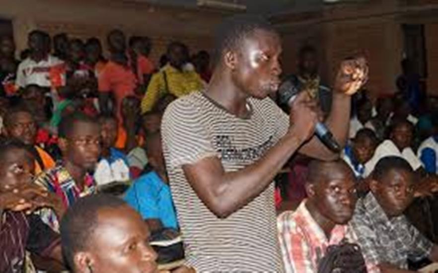 Un jeune africain qui s'exprime sur la politique de son pays
