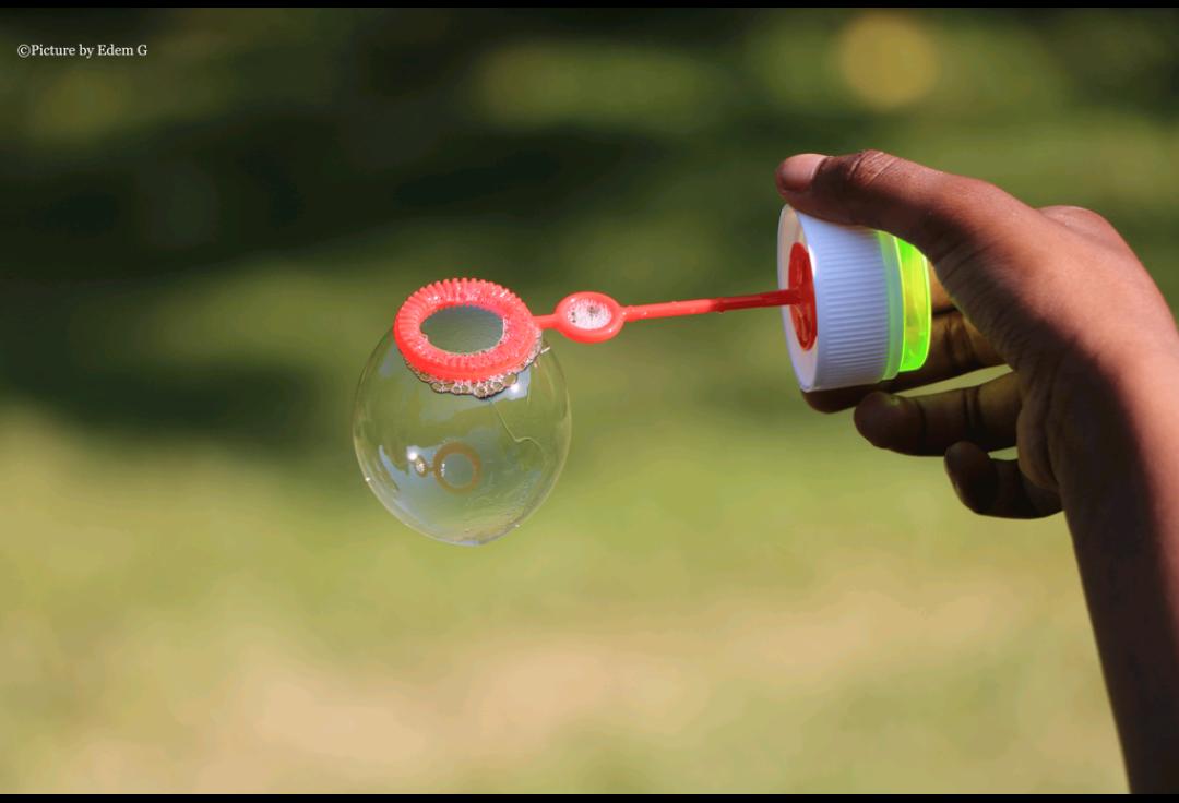 Une bulle de savon maintenue au gré du vent, comme dans les relations humaines